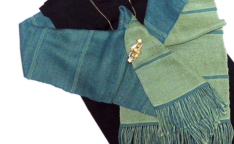 コットンSを使用して二重織りで織ったマフラーを肩から掛けたイメージ