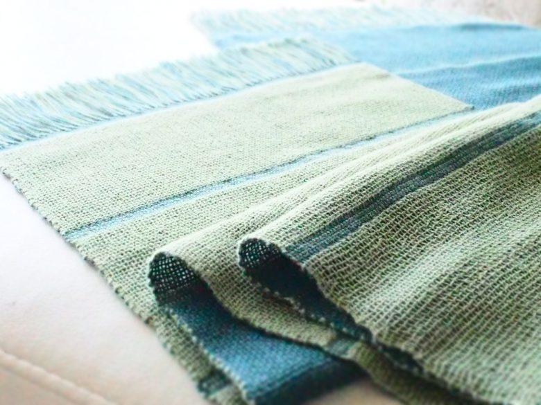 椅子の上のコットンSで織ったマフラー