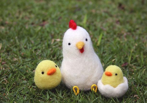 フェルトで作った鶏とひよこの親子